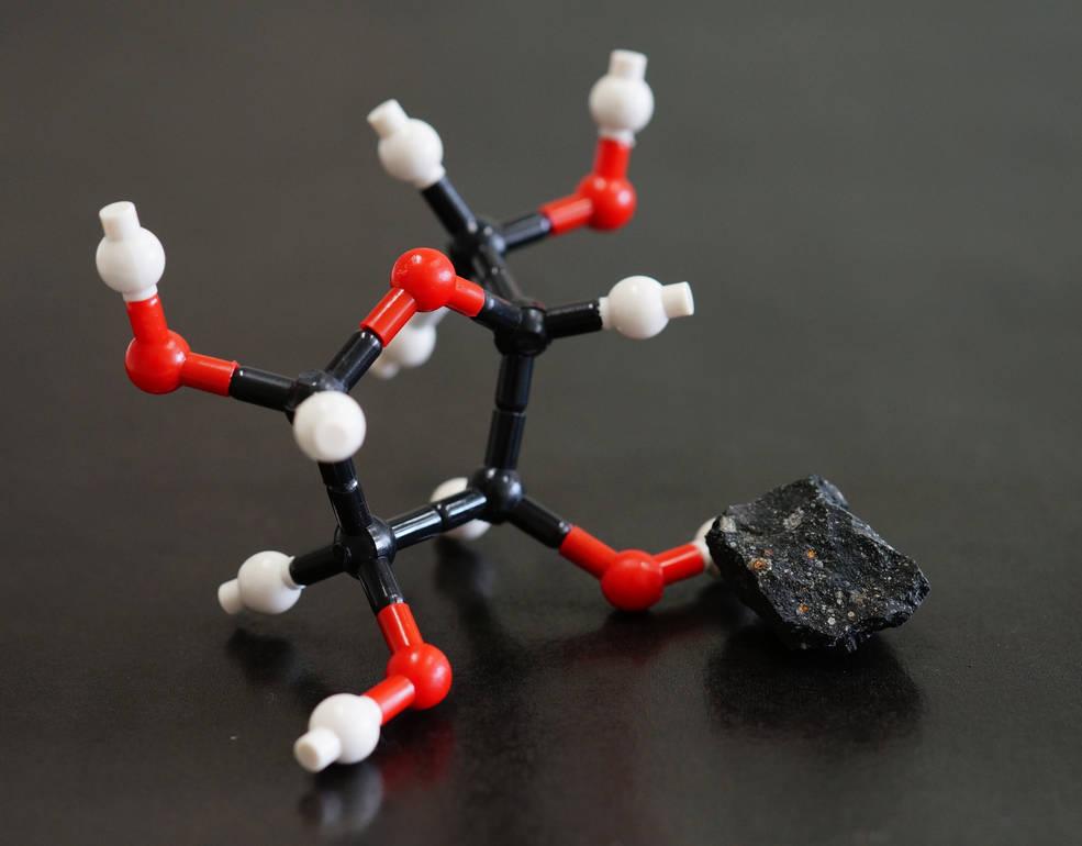 Este es un modelo de la estructura molecular de la ribosa y una imagen del meteorito Murchison. Se encontraron ribosa y otros azúcares en este meteorito. Créditos: Yoshihiro Furukawa